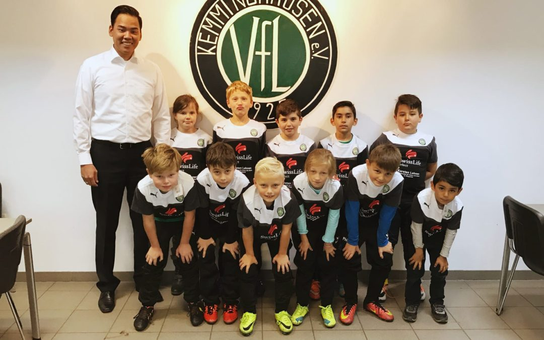 Sport-Sponsoring: Übergabe der gesponserten Ausrüstung an die E2-Jugend VFL Kemminghausen